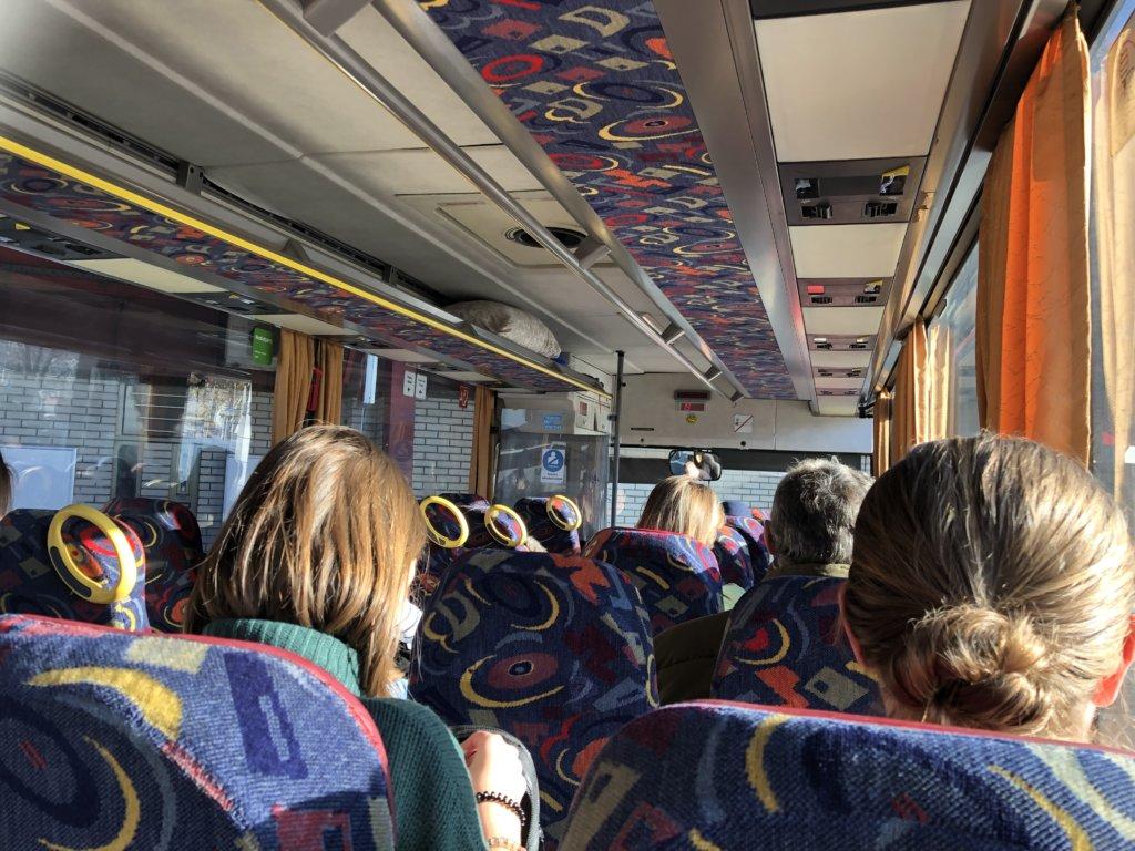 ノヴィサドへ向かうバスの中と乗客