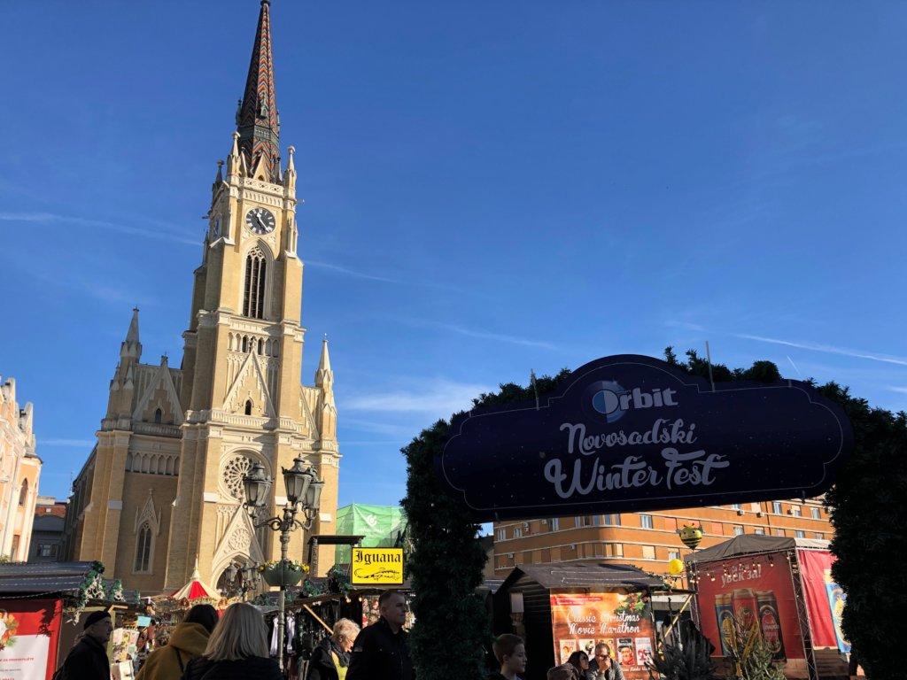 教会とクリスマスマーケットの入り口