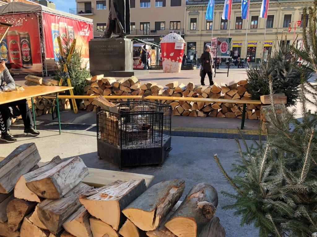 薪とクリスマスの飾り