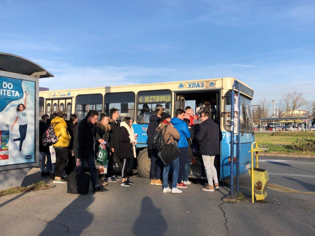 ノヴィサドでバスに乗り込む人たち