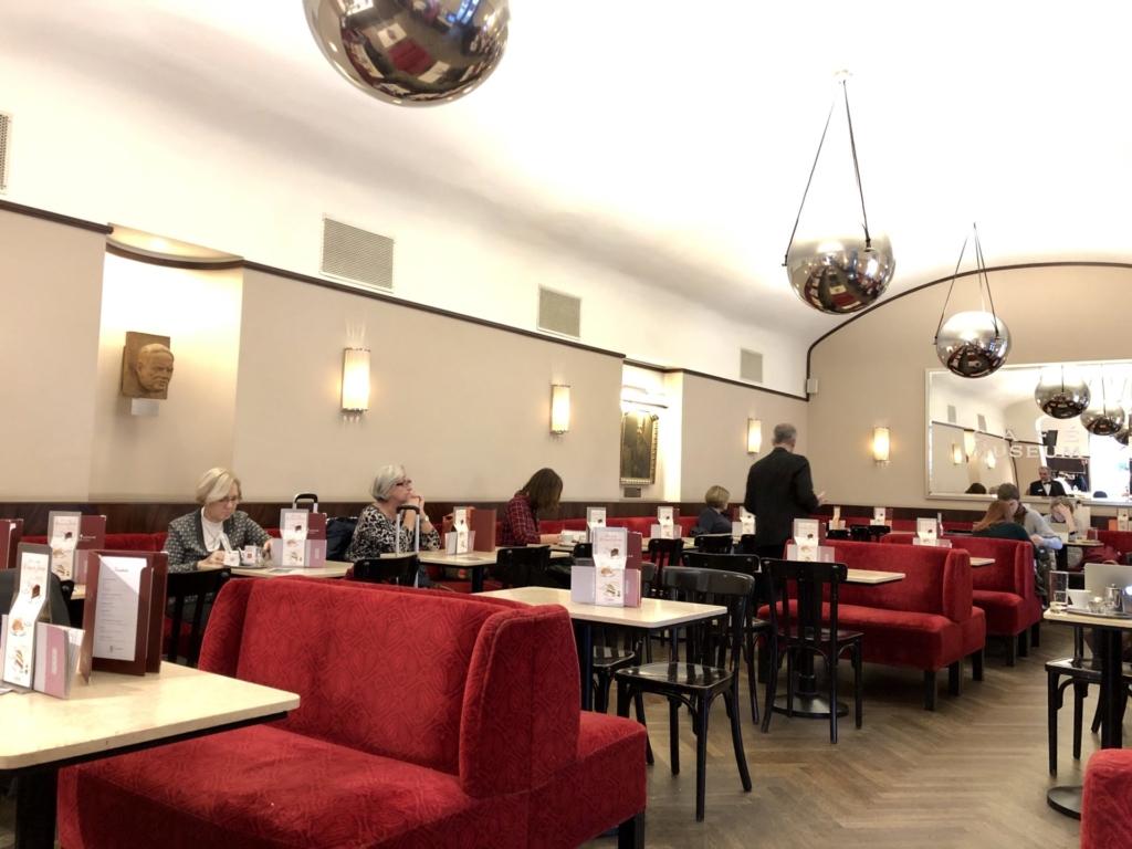 ウィーン老舗カフェの赤いソファが映える内観