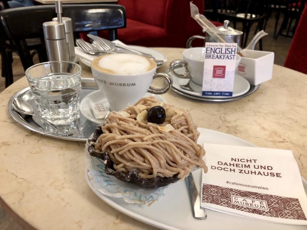 ウィーン老舗カフェのケーキとコーヒー