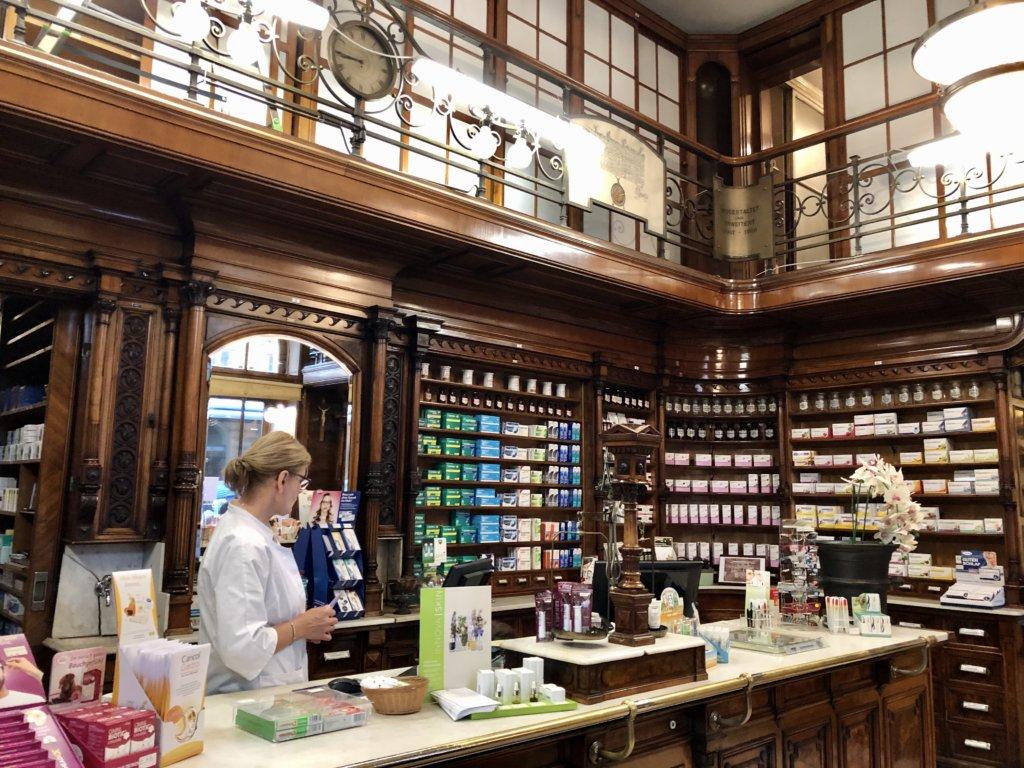 ウィーンの古い薬局内のハーブティー
