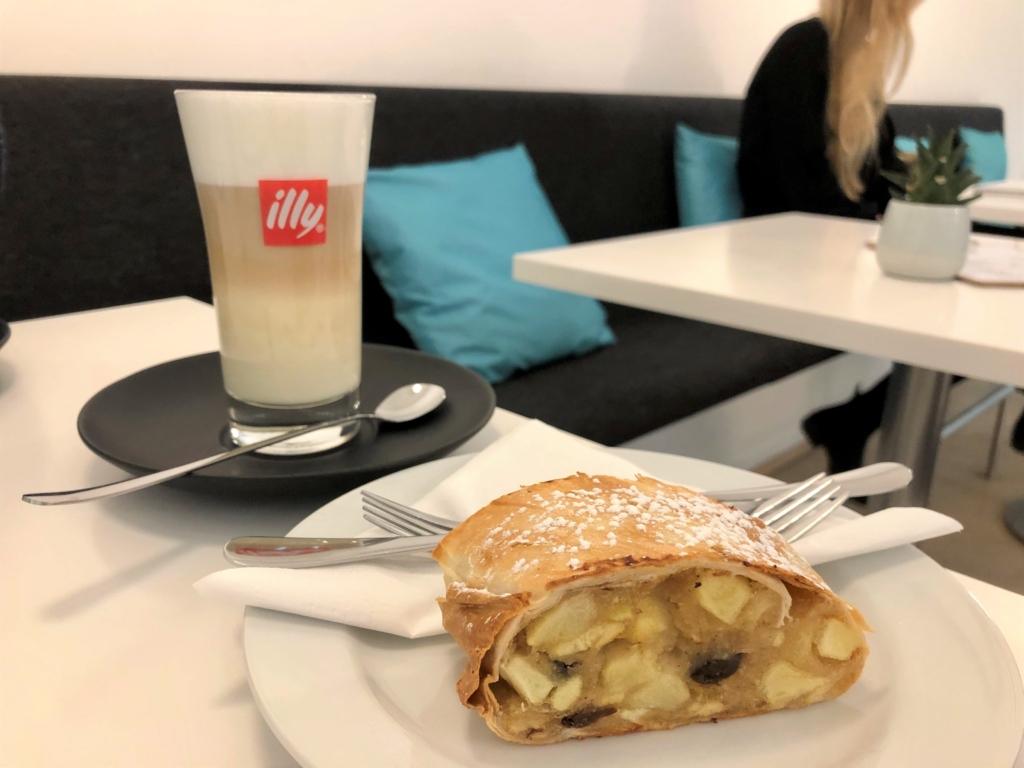 ウィーンの伝統的なリンゴケーキとカフェラテ