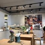 ウィーンのオシャレなカフェの内観とショーケース