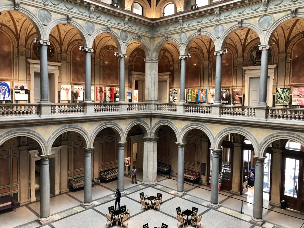 MAK応用美術博物館はアーチ型柱が特徴的な内観