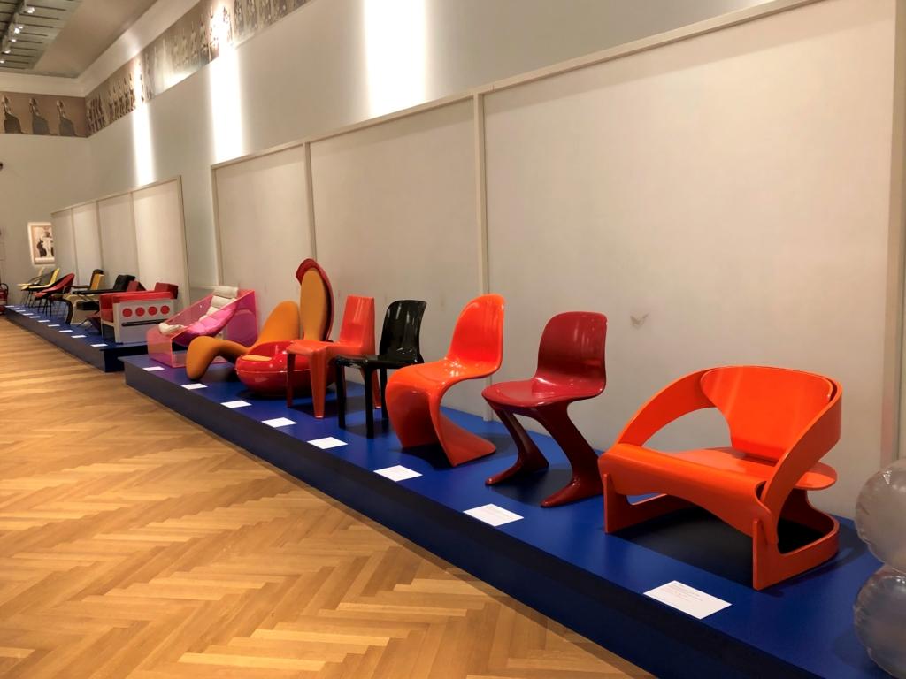 オレンジや赤のモダンな椅子