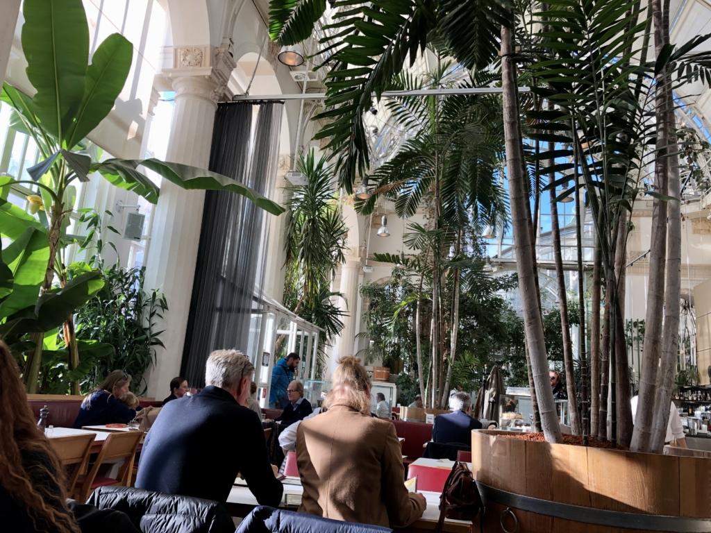 温室レストランの内観は木が生い茂っている