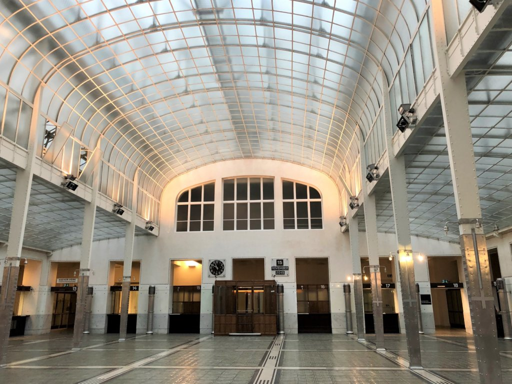ウィーン郵便貯金局は天井がガラス張りで柱は白とアルミ