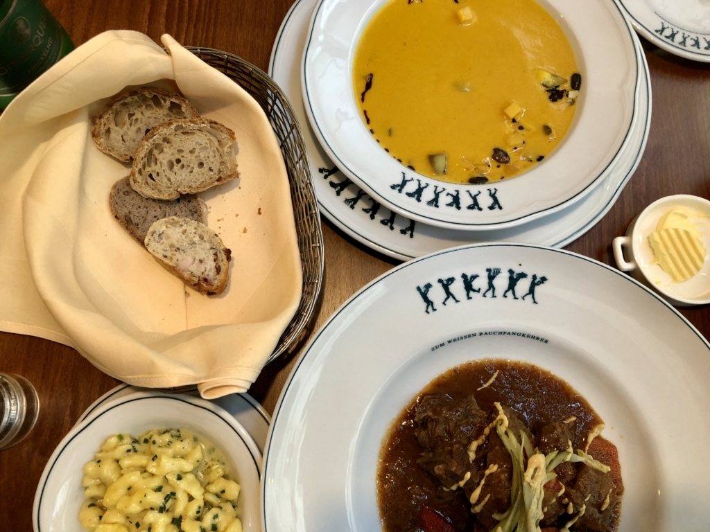 オーストリアの郷土料理、かぼちゃのスープとグヤーシュとパン