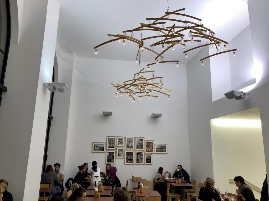 ウィーンのパン屋併設カフェは照明がおしゃれ