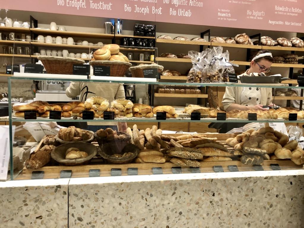 ウィーンのパン屋の30種類以上あるパン