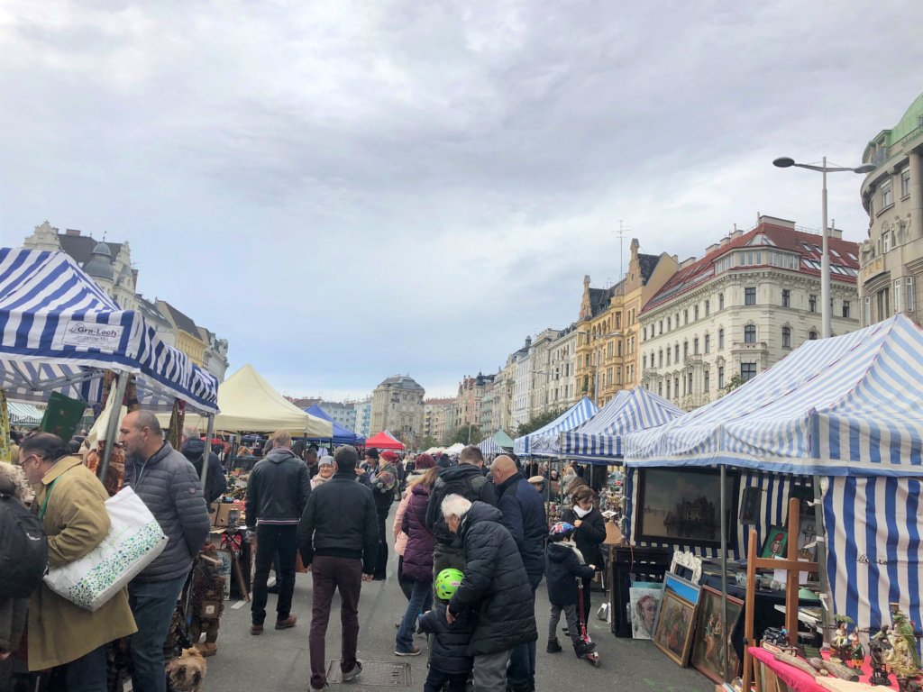 ウィーンのNaschmarkt(ナッシュマクルト)に並ぶ青と白のテント