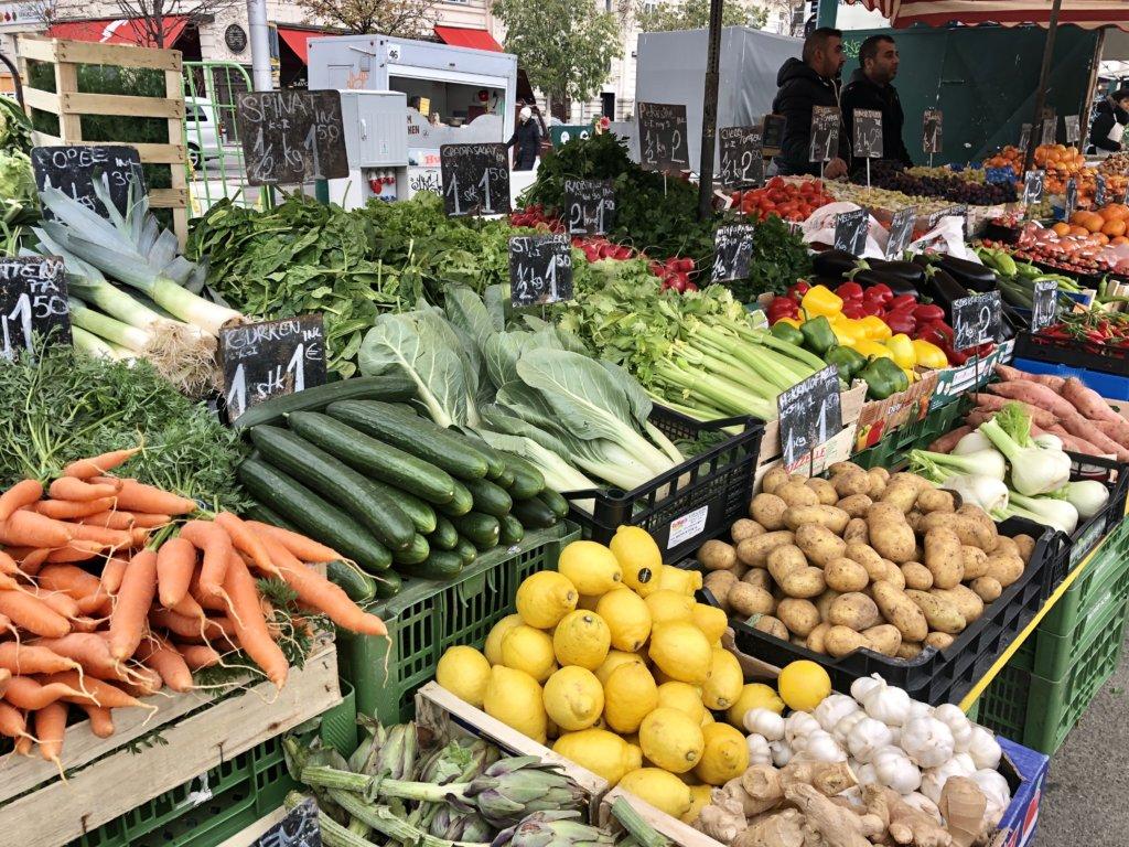 ウィーンのNaschmarkt(ナッシュマクルト)の野菜屋台