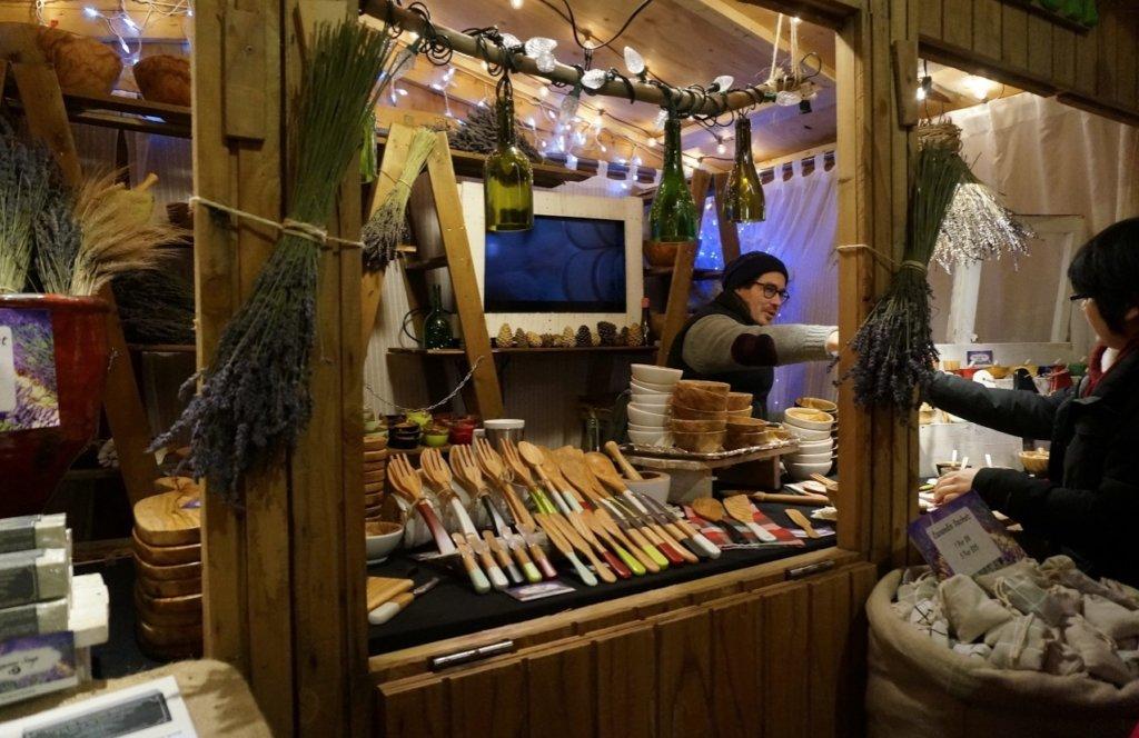 木彫りの小物を売る屋台