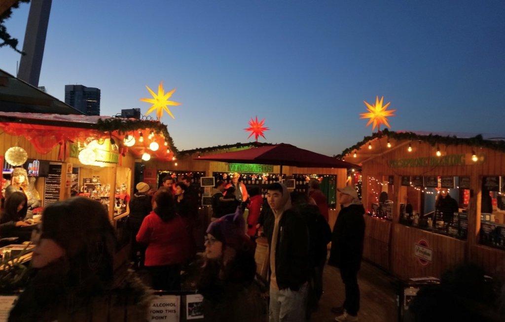 夜のカナダのクリスマスマーケットの屋台街
