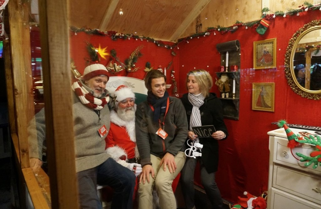 カナダのクリスマスマーケットのサンタと記念撮影する家族