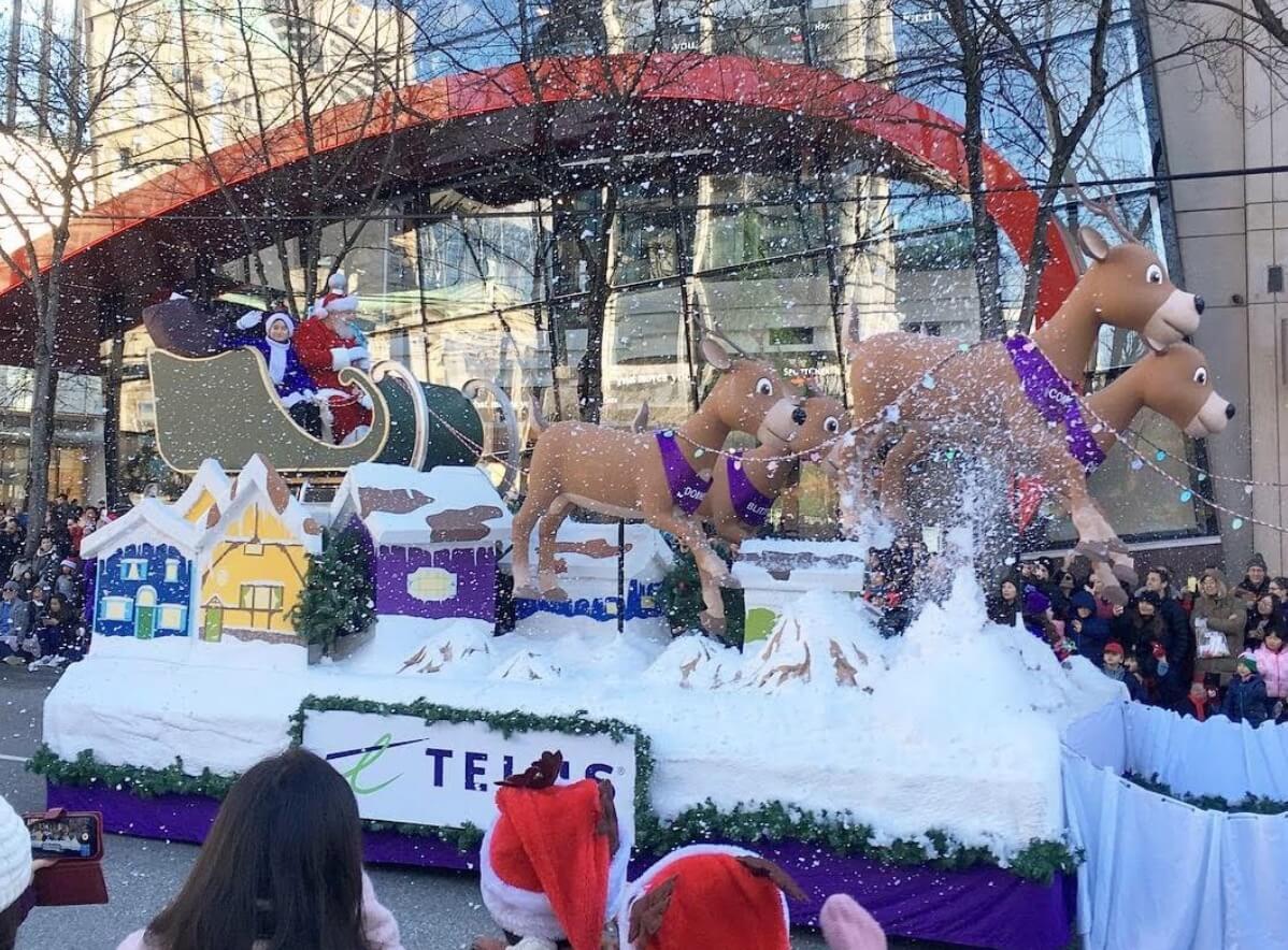 カナダのクリスマスパレードのサンタと馬車