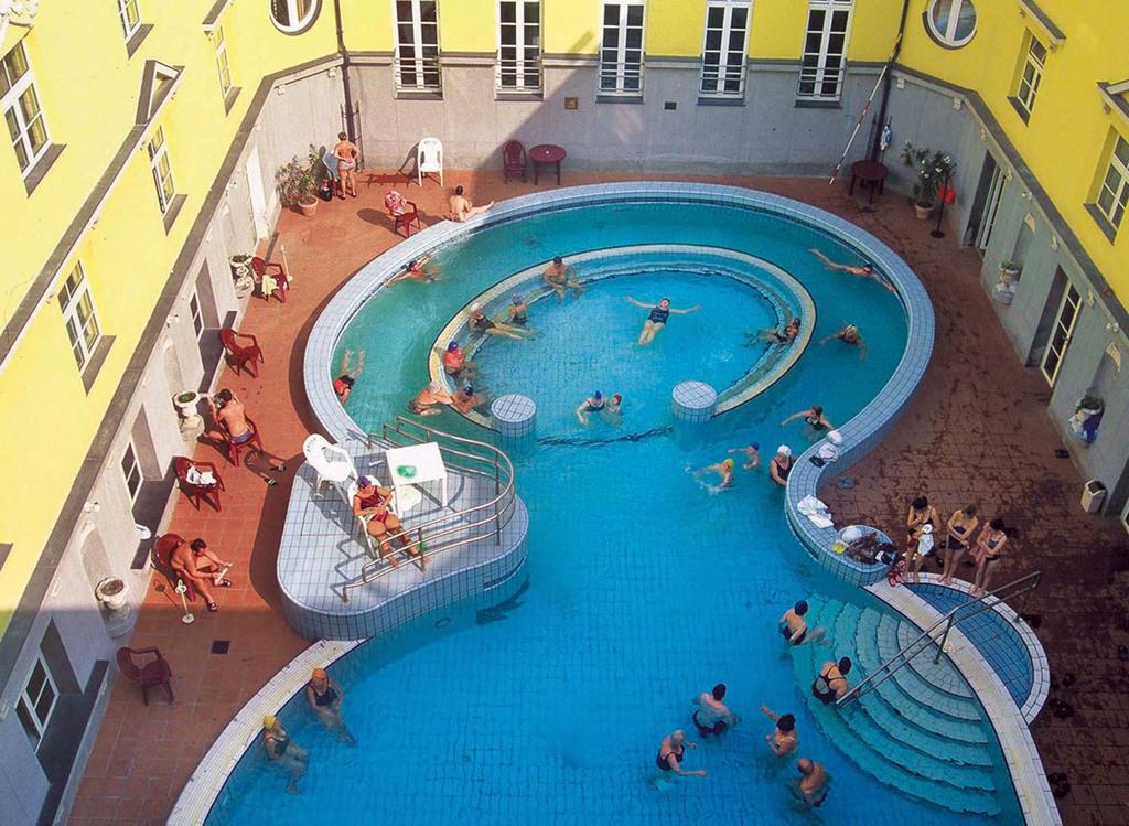ブダペスト、ルカーチ温泉St. Lukács Thermal Bathsの流れる温泉プール