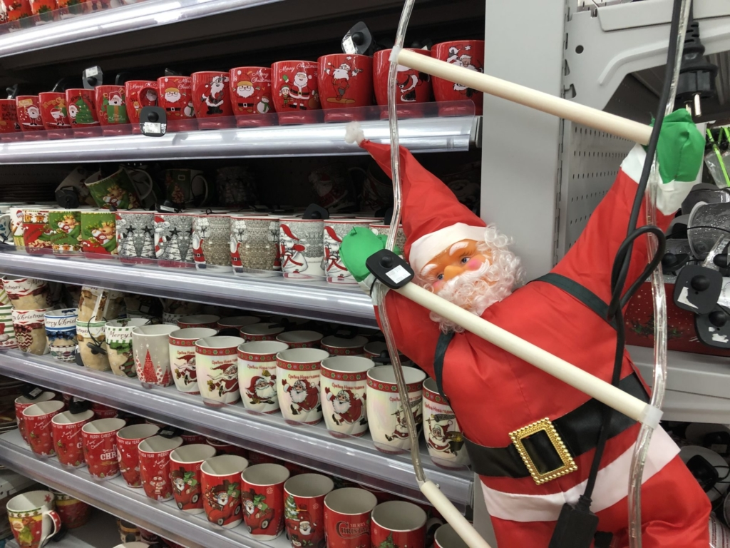 ベオグラードのクリスマスマグカップとサンタの飾り