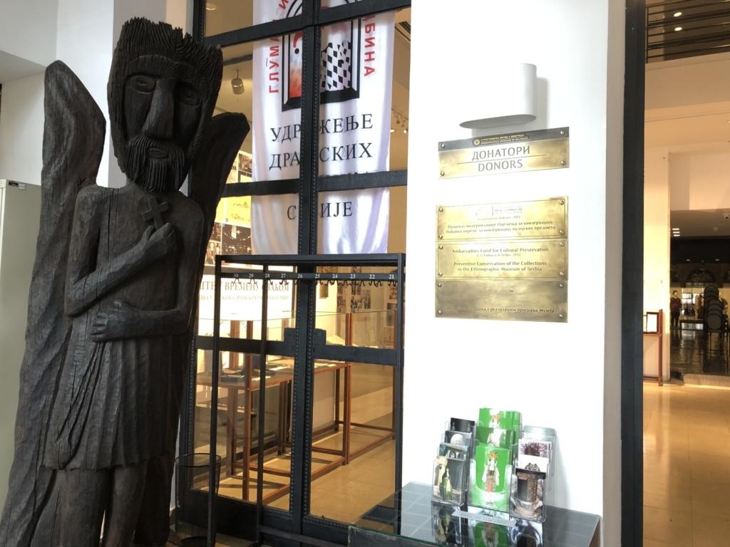 セルビア、ベオグラードの民族博物館の木彫りの像
