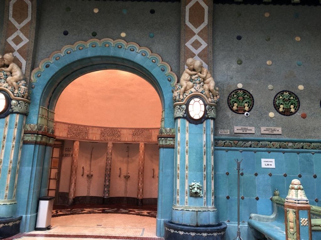 ゲッレールト温泉Gellért Thermal Bathのブルーのタイル