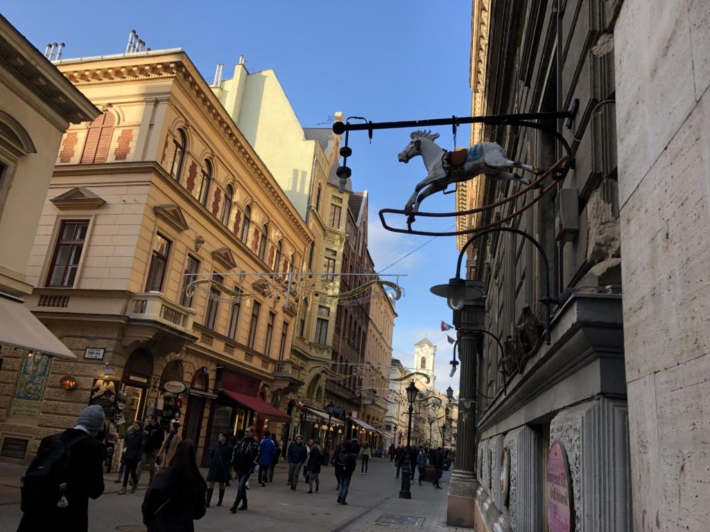 ブダペストの街並みと馬の看板