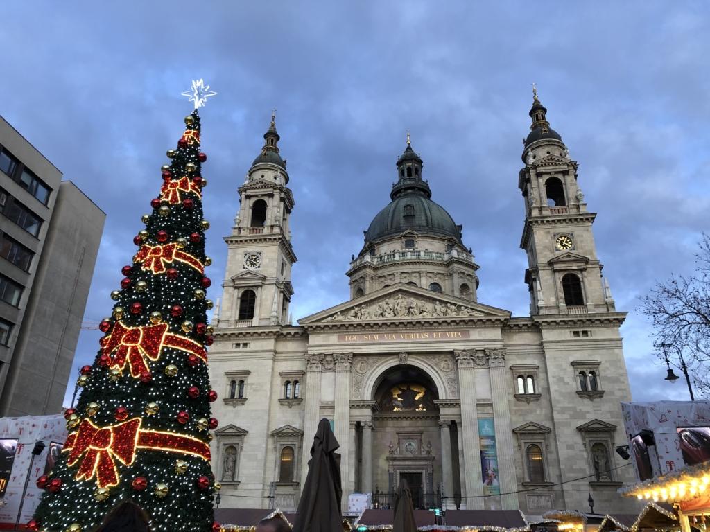 聖イシュトヴァーン大聖堂とクリスマスツリー