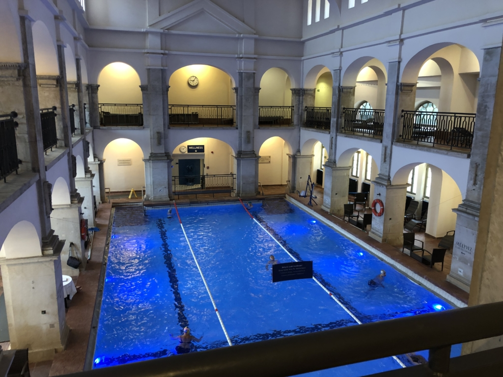 ブダペスト、ルダシュ温泉The Rudas Thermal Bathsの室内プール