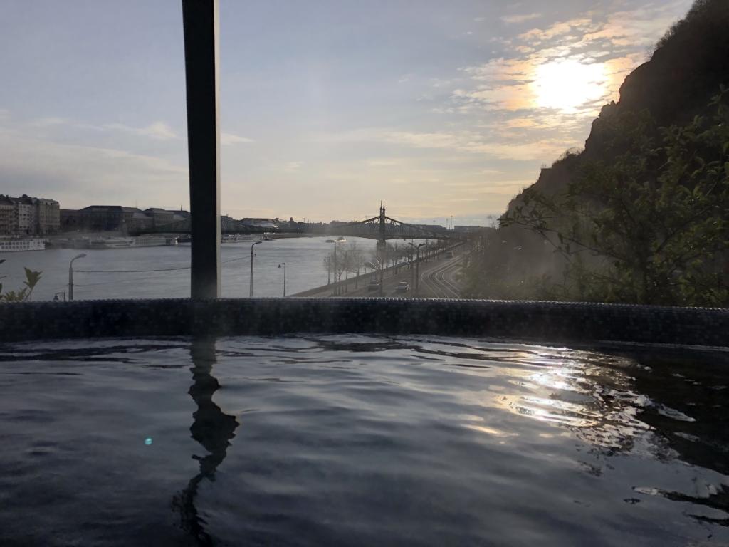ブダペスト、ルダシュ温泉The Rudas Thermal Bathsの屋上露天風呂と橋