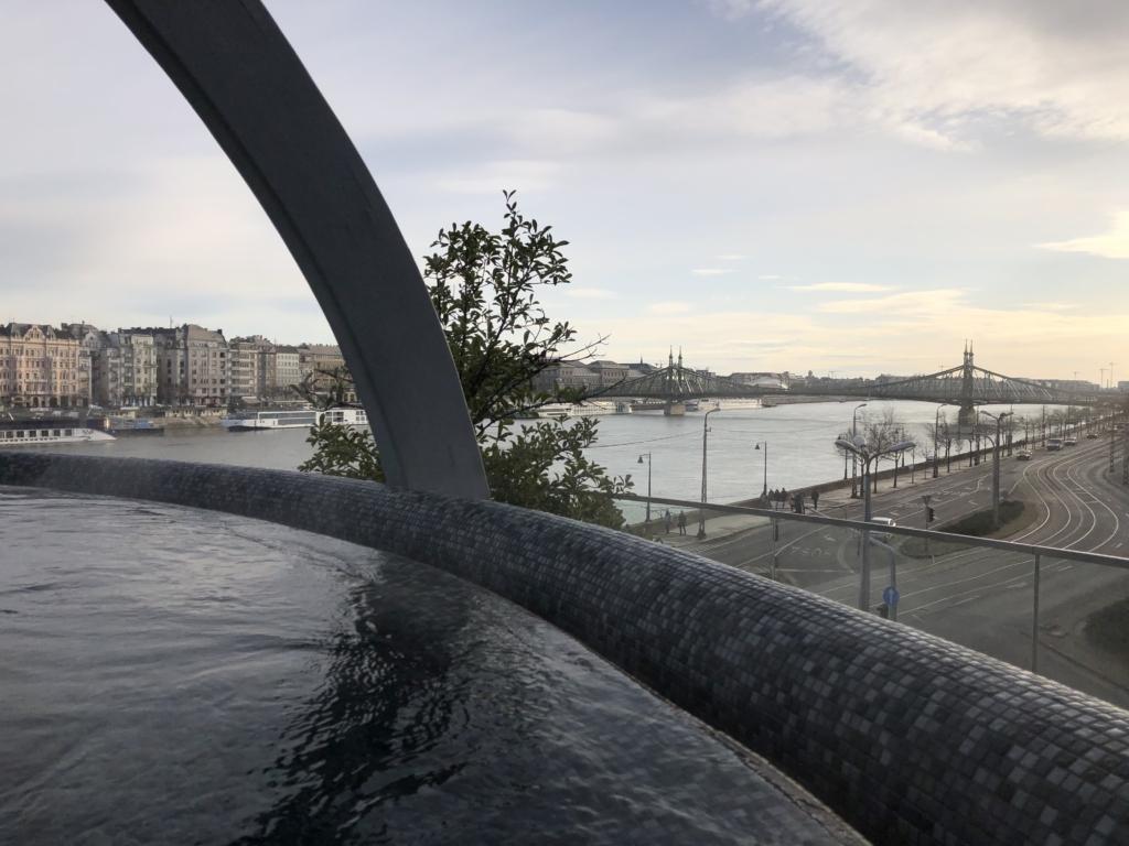 ブダペスト、ルダシュ温泉The Rudas Thermal Bathsの屋上露天風呂と橋と建物