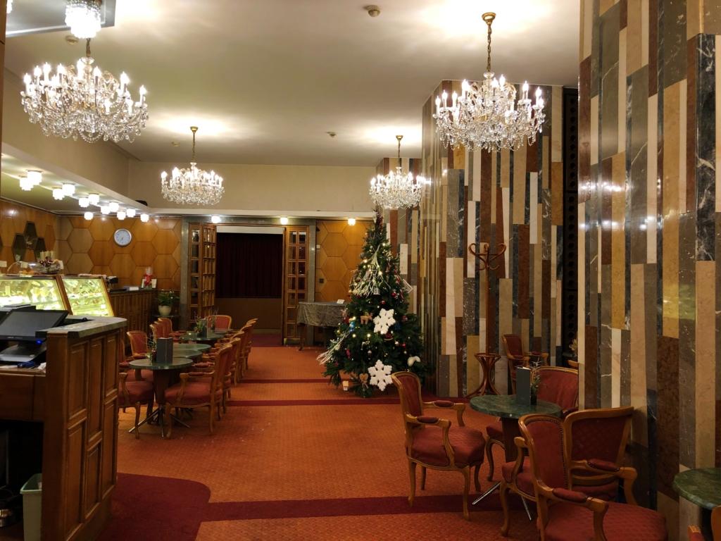 Danubius Hotel Gellértのカフェとシャンデリア