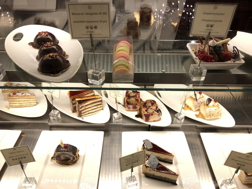 Danubius Hotel Gellértのカフェ(Gellért Espresso)のケーキのショーケース