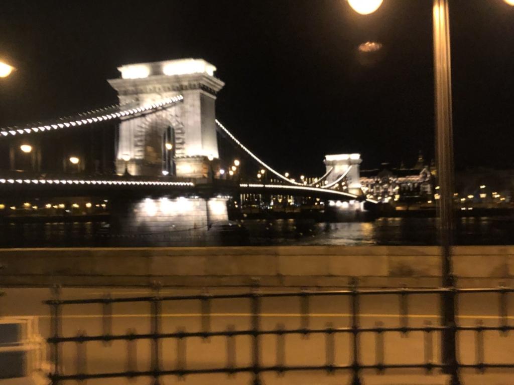 ブダペストのくさり橋の夜景