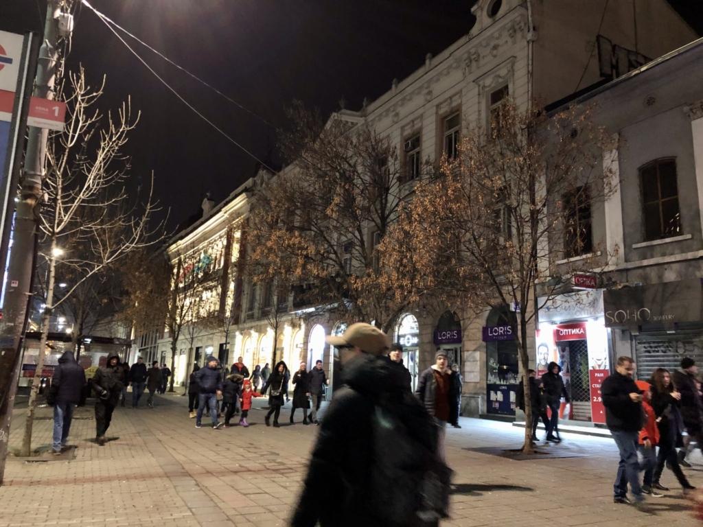 セルビア、ベオグラードのビルの夜景