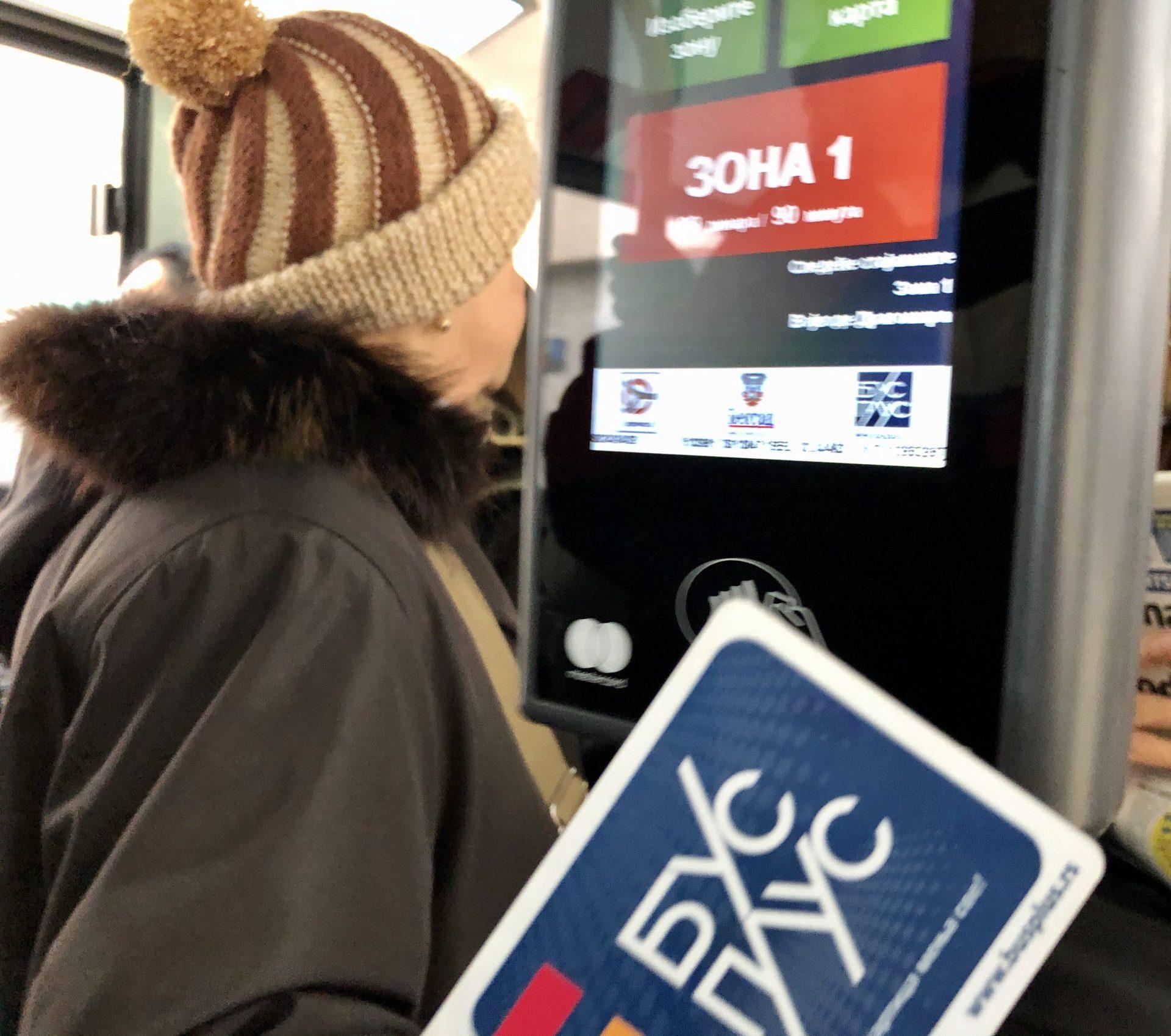 バスカードを支払いタッチパネルにかざす