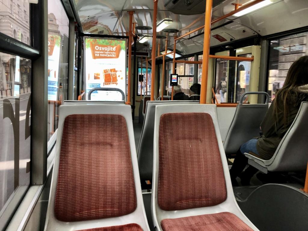 セルビア、ベオグラードのバス車内