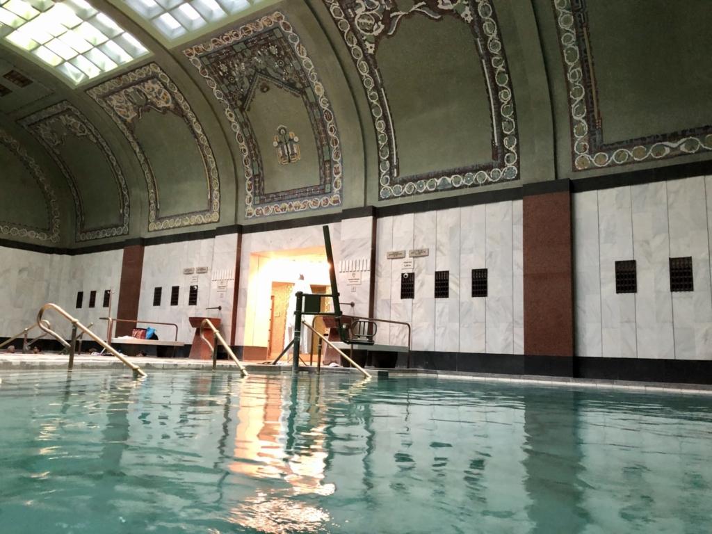 ゲッレールト温泉Gellért Thermal Bathの温泉と緑のタイル画