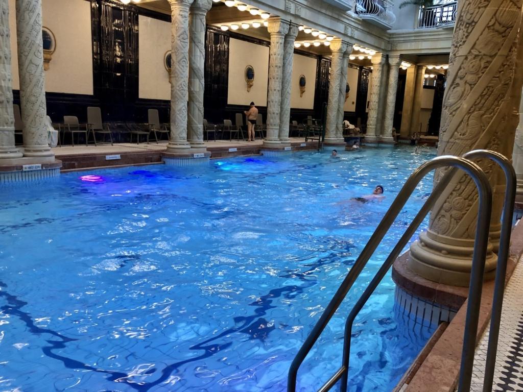 ゲッレールト温泉Gellért Thermal Bathの柱とプール