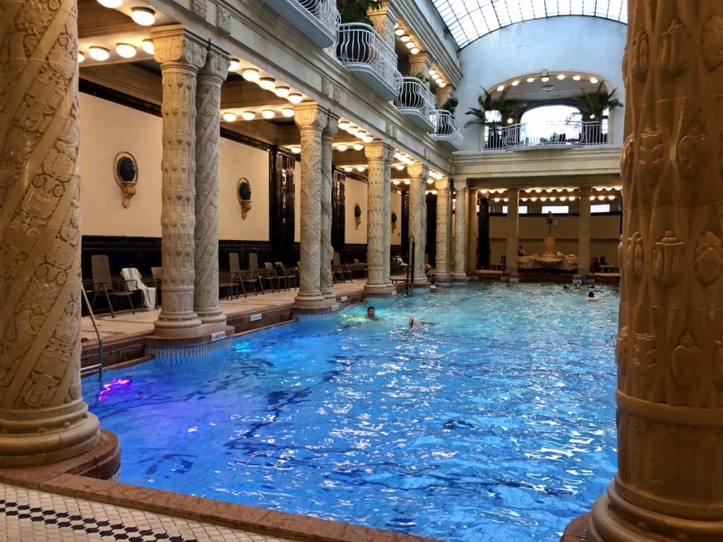 ゲッレールト温泉Gellért Thermal Bathの室内プール
