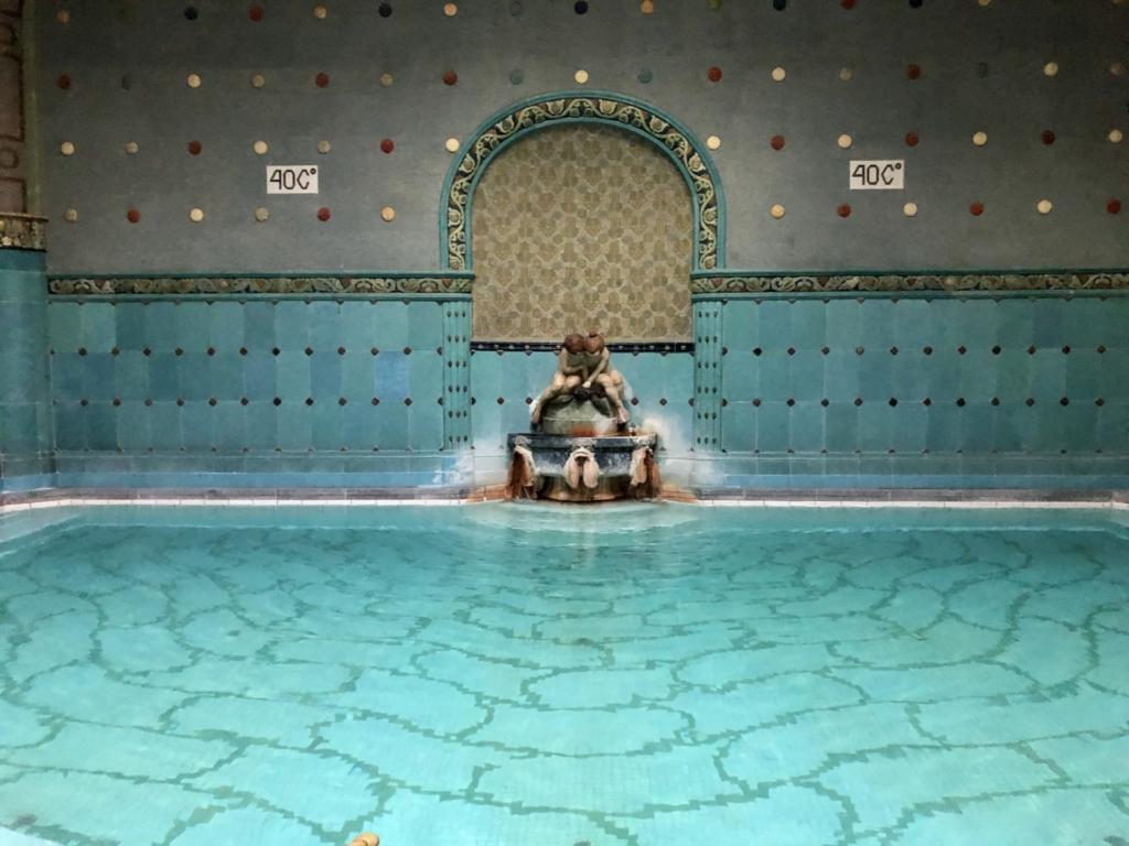 ゲッレールト温泉Gellért Thermal Bathの40℃の湯舟
