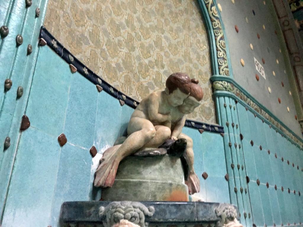 ゲッレールト温泉Gellért Thermal Bathの子どもの彫刻
