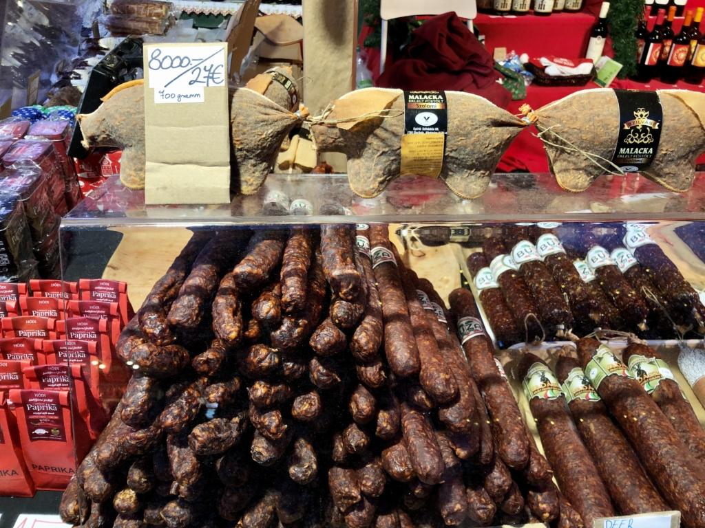 ブダペストのクリスマスマーケットの国宝マンガリッツァ豚