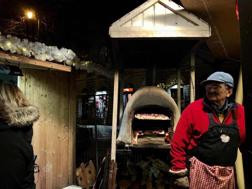 ブダペストのクリスマスマーケットのピザ