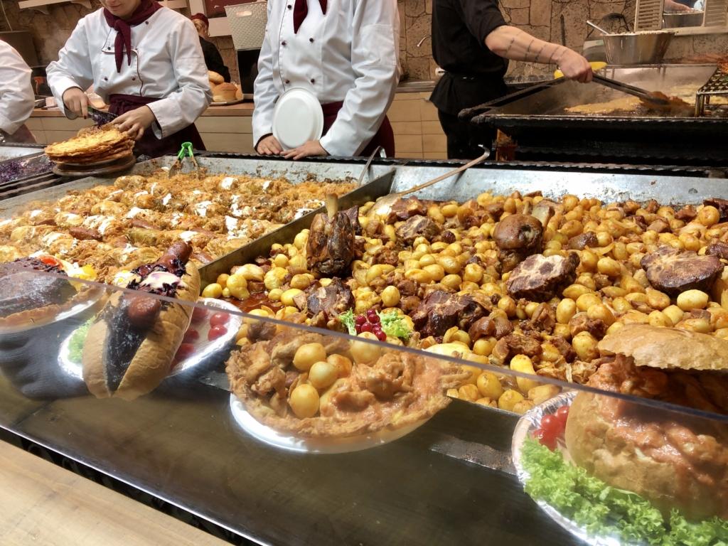 ブダペストのクリスマスマーケットの屋台の食べ物