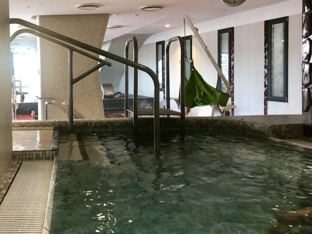 ブダペスト、ルダシュ温泉The Rudas Thermal Bathsの42℃の湯舟