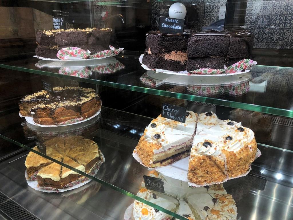 マルタのカフェ、フォンタネッラ・ティーガーデン(Fontanella Tea Garden)ケーキショーケース