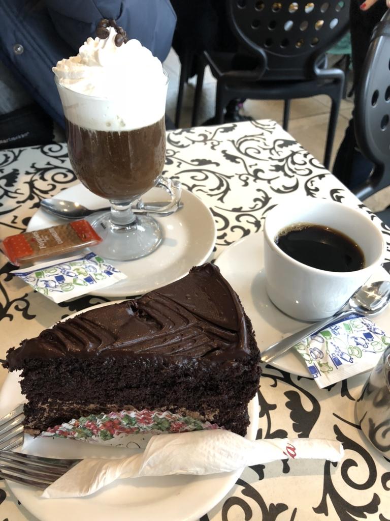 マルタのカフェのチョコレートケーキとコーヒー