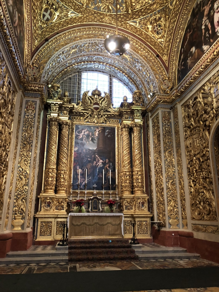 マルタ、聖ヨハネ大聖堂の金色で装飾された壁と祭壇