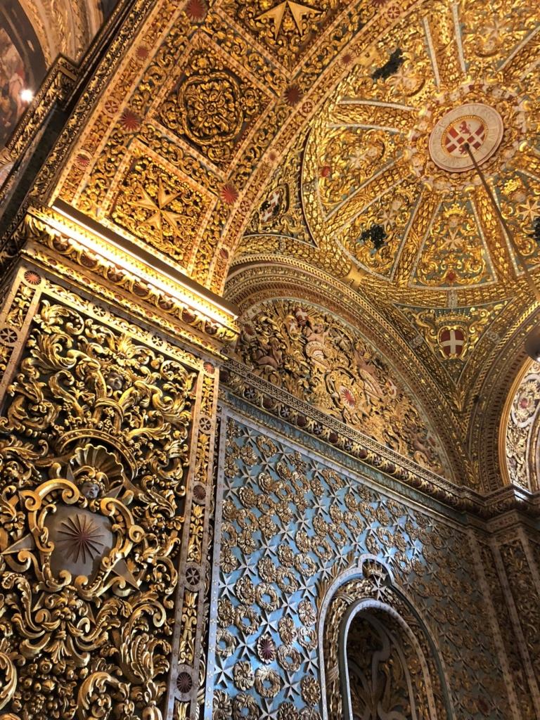 マルタ、聖ヨハネ大聖堂の金色で装飾された壁